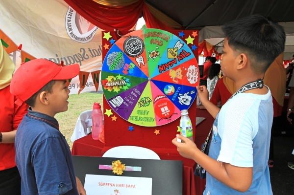 Children playing educational games to test their dental health knowledge at the booth run by the Gombak District Dental Clinic.