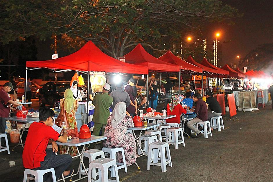 The Danau Kota Uptown bazaar has expanded in the last couple of years to include food stalls as well. This has caused residents to lament on the perennial cleanliness problem in the area.