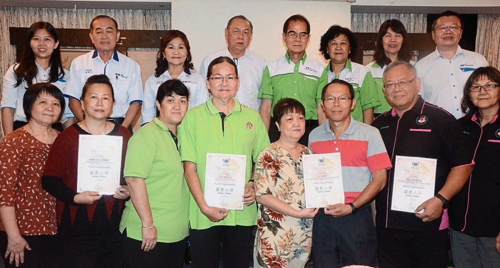 Representatives from the four associations holding appointment certificates while Au (second row, right), Wong (second row, left) and others look on.