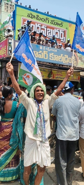 In Eluru, voters thronged the streets to meet candidates.