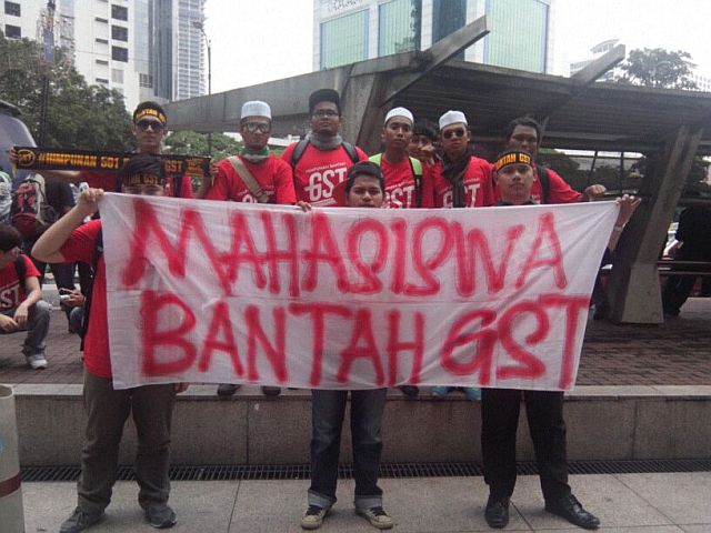 Protesters gathering by Jalan Ramlee, including university students who travelled from Kedah to take part in the protest.