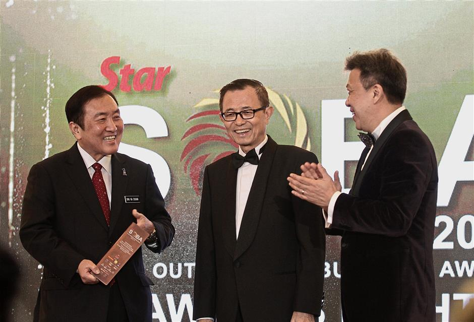 Acknowledging SMEs: (from left) Ong, Star Media Group chairman Datuk Fu Ah Kiow and Wong applauding the winners on achieving a milestone.