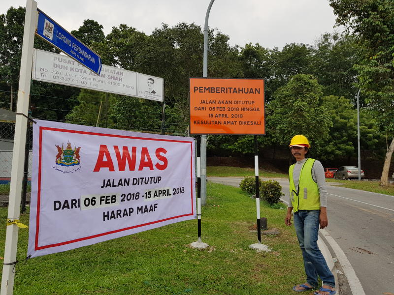 Klang Municipal Council has closed Lorong Perbandaran for three months to strengthen the slope along the hillock.