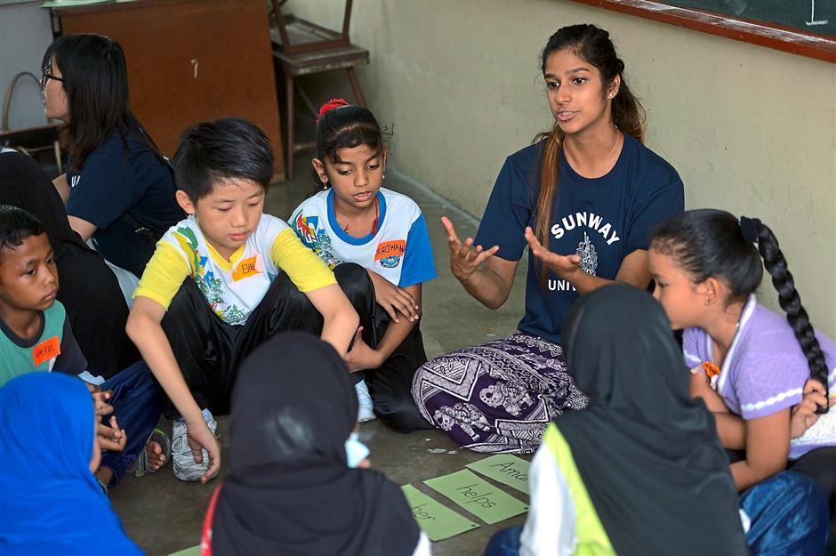 Grammar games: Siya Deshmukh teaching the pupils basic English grammar rules during the English Language Camp at SJK (C) Ijok.