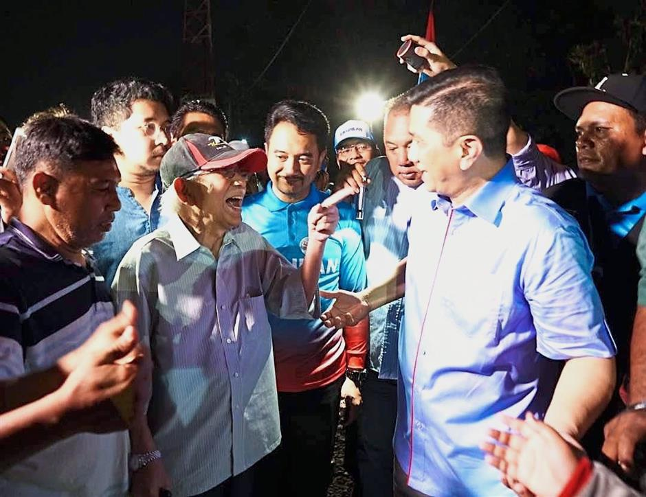 Azmizam (centre) during his election campaign trail that was attended by Mentri Besar Datuk Seri Azmin Ali and former finance minister Tun Daim Zainuddin (wearing cap) in Kampung Teluk Gong. — filepic