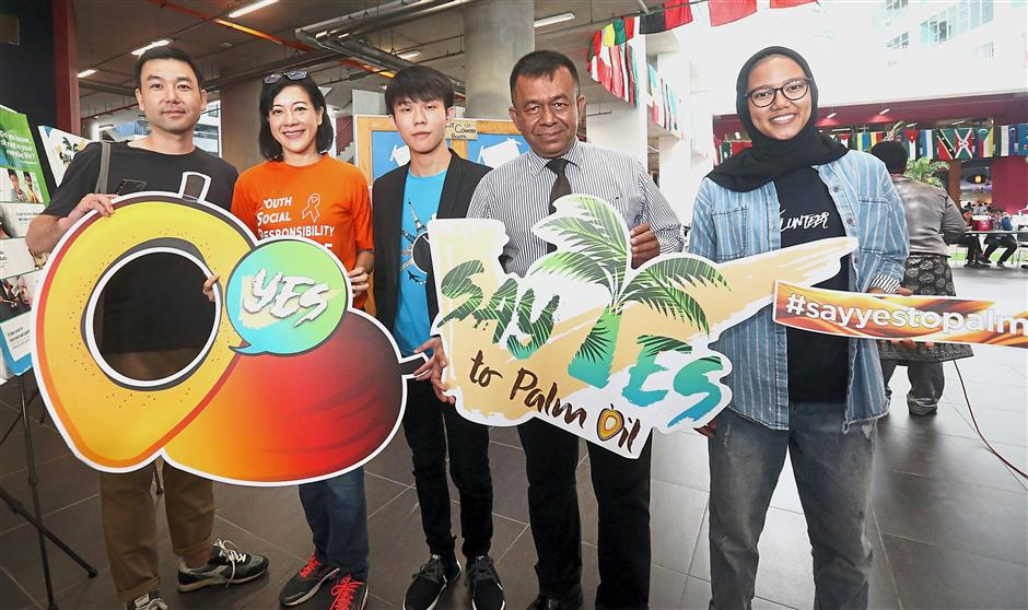 (From left) Rainbow of Life Forces' Guenwoong Chung, CreatiVision D. C. Sdn Bhd managing director Adelyn Lim, AIESEC president Rick Kit Lee, Achievers Malaysia managing director Dr Anura Gunawardana and AIESEC incoming global volunteer and YouthsToday representative Meliza Savira throwing their support behind the event.