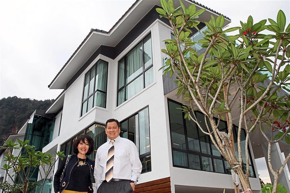 Team Keris Berhad Group Executive Chairman Datuk Lee Seng Hee and wife Datin Irene Lee infront of the Manor Born, The Dales at Tambun Road.
