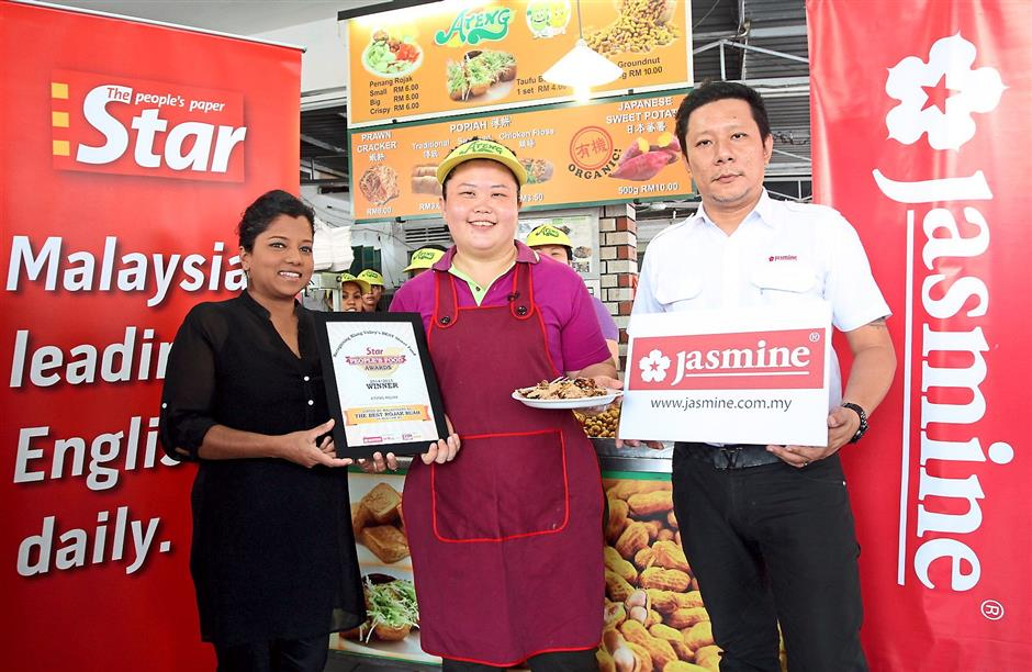 Proud winner: StarMetro representative Aida Ahmad (left) and Jasmine Food Corporation Sdn Bhd district sales manager Akee Chew (right) presenting the award for Best Rojak Buah to Sok Fun.