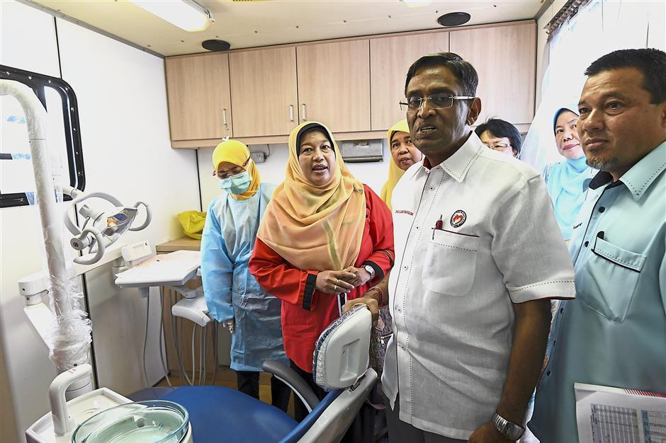 PETALING JAYA, 12 Nov -- Menteri Kesihatan Datuk Seri Dr S. Subramaniam melawat klinik gigi bergerak selepas merasmikan Kem Nak Sihat di pekarangan Klinik Kesihatan Kota Damansara hari ini.--fotoBERNAMA (2017) HAK CIPTA TERPELIHARA