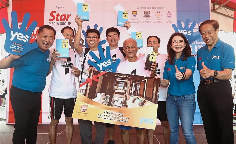 Winners in a row: Grand prize winner Ong (fourth from right) is flanked by (from left) Leong, the other fourwinners, Liong and Syed Mohd Aidid during the prize presentation ceremony at Gurney Paragon Mall.